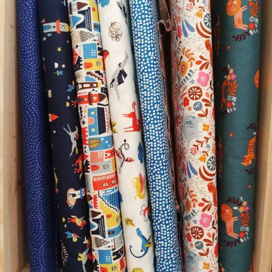tissu coton imprimé Dashwood studio motifs chevaliers dragons, chevaux, châteaux forts
