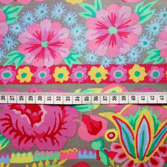Tissu à fleurs aux accents bohèmes Free Spirit Embroid flower border pink par Kaffe Fassett, ce coton imprimé convient pour le patchwork et la couture creative