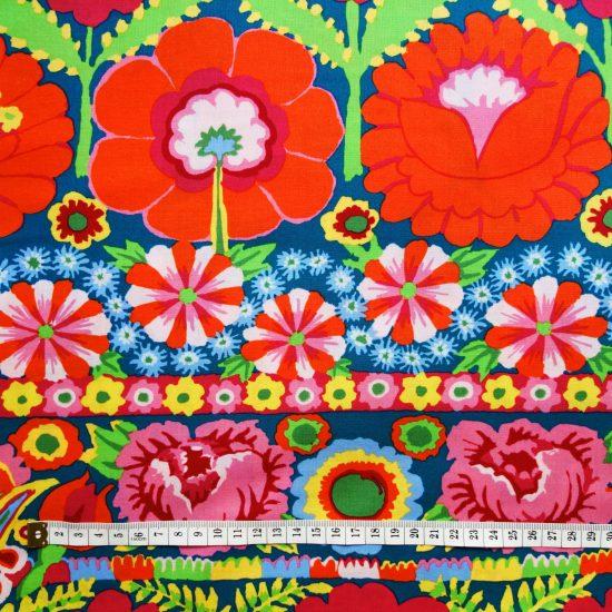 Tissu à fleurs aux accents bohèmes Free Spirit Embroid flower border red par Kaffe Fassett, ce coton imprimé convient pour le patchwork et la couture creative