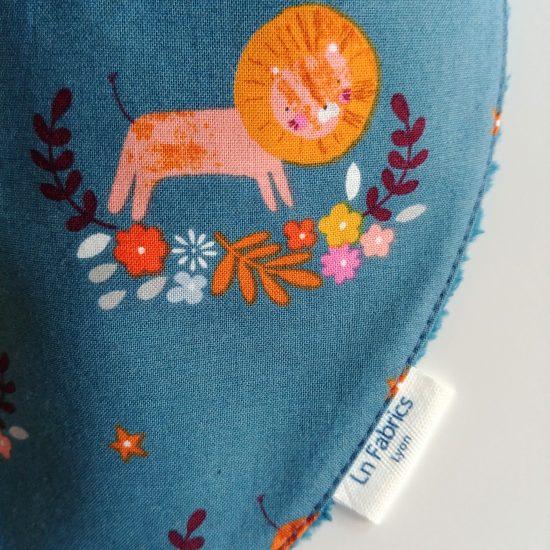bavoir bandana bavette bavoir foulard tissu imprimé lions Dashwood Studio Meadow safari 1367