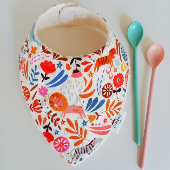 Le bavoir bandana est l'accessoire de bébé indispensable.Ce bavoir est réalisé dans un coton imprimé avec des lions, tigres, éléphants,Meadow Safari, Dashwood Studio