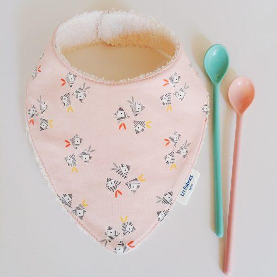 bavoir bandana en coton imprimé oiseaux rose de chez Dashwood Studio, emi and the bird, est le cadeau de naissance idéal