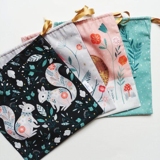 Joli pochon de Noël en coton imprimé Winterwood Dashwood studio, sac réutilisable en tissu, emballage cadeau en tissu zéro déchet