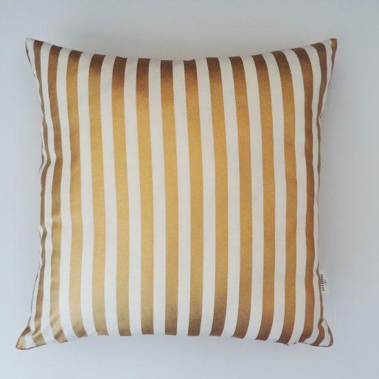 coussin créateur Ln Fabrics velours de coton imprimé rayures or Camelot Fabrics