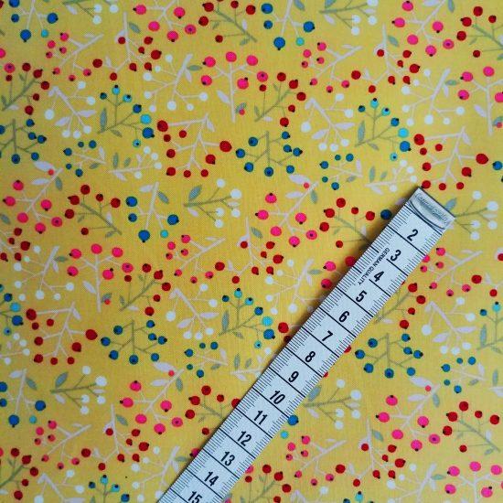 coton imprimé Walk in the Woods Dashwood studio motif floral sur fond or jaune