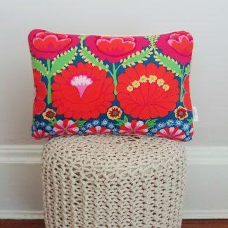 coussin createur Ln fabrics floral et coloré aux accents bohèmes tissu Kaffe Fassett