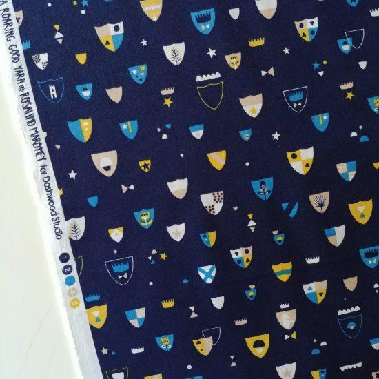 coton imprimé Dashwood studio motifs chevaliers, blasons, dragons, chevaux, châteaux forts, idéal pour la couture créative et le patchwork