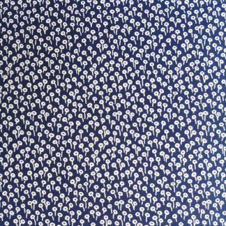 Coton imprimé fleurs bleu marine Cotton and Steel, comme du liberty idéal pour la couture, loisirs créatifs et le patchwork