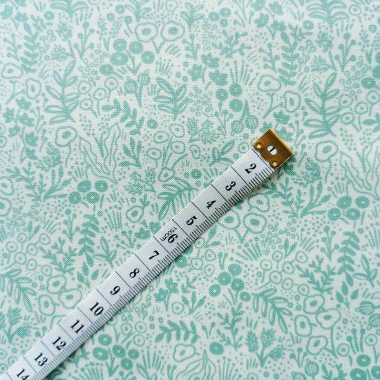 Coton imprimé fleurs gris vert Cotton and Steel, comme du liberty idéal pour la couture, loisirs créatifs et le patchwork