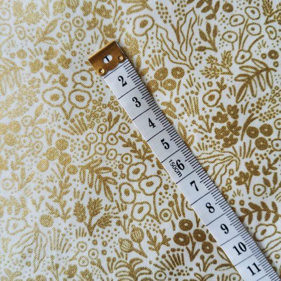 Coton imprimé fleurs dorée Cotton and Steel, comme du liberty idéal pour la couture, loisirs créatifs et le patchwork