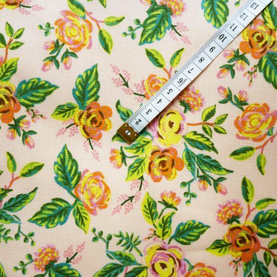 tissu coton imprimé à fleurs fond rose poudré Rifle Papaer Co pour Cotton and Steel couture creative et diy