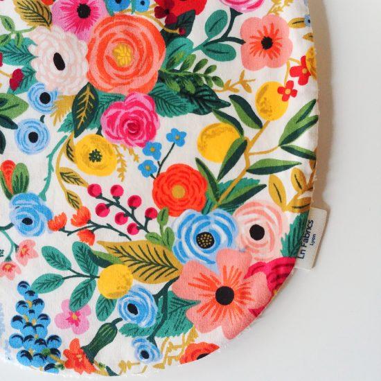 bavoir enfant original en coton imprimé fleurs Rifle et Paper Co, Cotton and Steel cadeau de naissance idéal