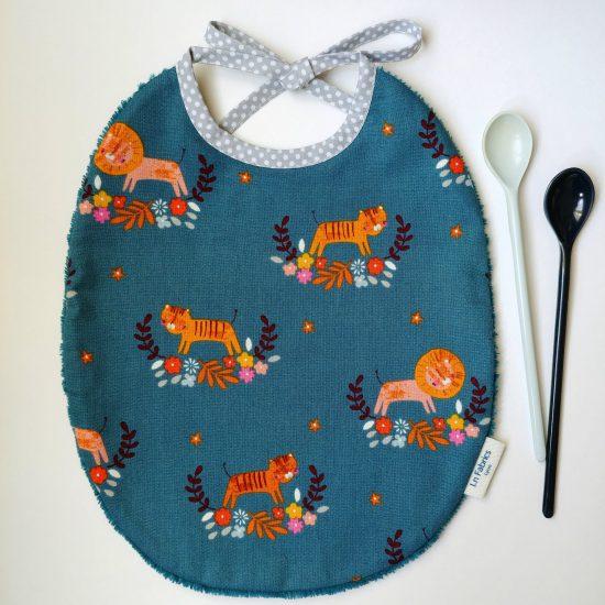 bavoir enfant original en coton imprimé Dashwood Studio, meadow safari1367, lions et tigres, cadeau de naissance idéal