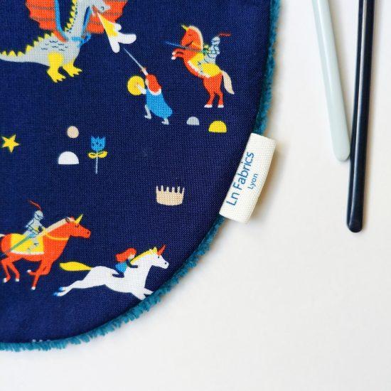 bavoir enfant original en coton imprimé Dashwood Studio, roaring good yarn 1436, chevaliers châteaux forts et dragons, cadeau de naissance idéal