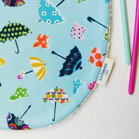 bavoir enfant original en coton imprimé parapluie Dashwood Studio, walk in the woods cadeau de naissance idéal