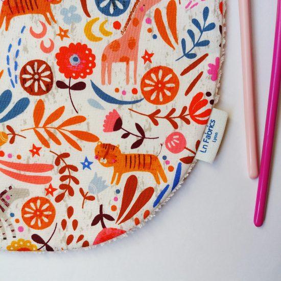 bavoir enfant original en coton imprimé Dashwood Studio, meadow safari1367, animaux lions, tigres, éléphants cadeau de naissance idéal