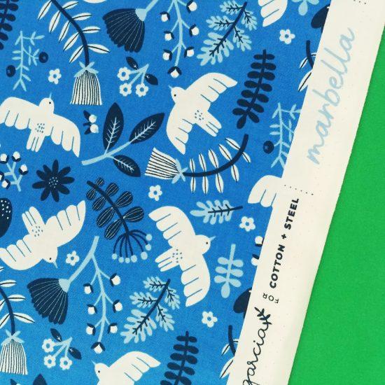 Tissu en coton imprimé bleu avec des oiseaux Cotton Steel The rain in Spain Marbella