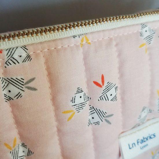 Trousse de toilette pour maman pour bébé en tissu imprimé Emi Dashwood studio matelassé