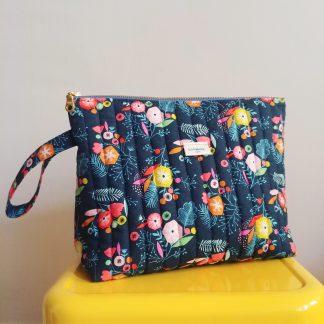 Trousse de toilette pour maman pour bébé en tissu matelassé, imprimé fleurs Flock de chez Dashwood studio