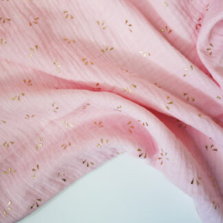 double gaze de coton rose pâle imprimée étincelles dorées certifiée Oeko-Tex idéale pour créer des vêtements et accessoires bébé