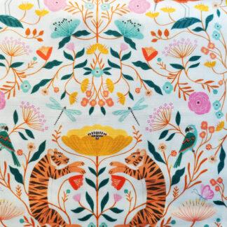 Our Planet est un tissu de Bethan Janine pour Dashwood studio, coton imprimé avec de multiples animaux tigres éléphants tortues girafes